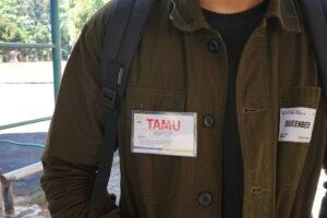 Pengunjung mengenakan kartu identitas atau ID visitor untuk mendapatkan akses masuk
